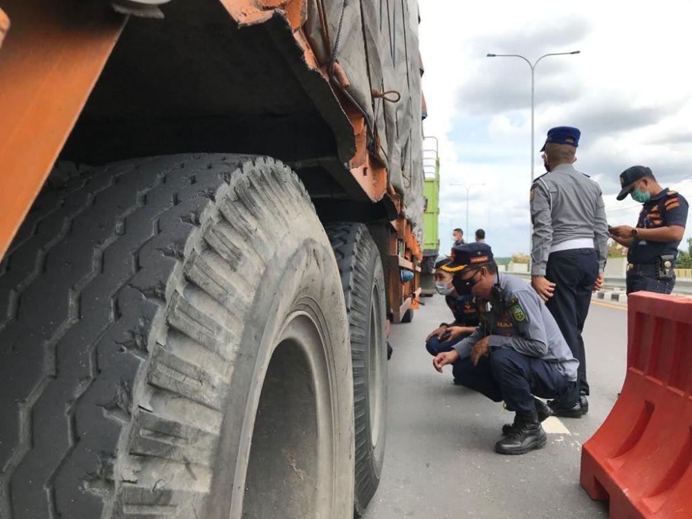 20 Truk Ditilang Lebihi Dimensi Sebelum Masuk Tol Pekanbaru - Dumai di Riau