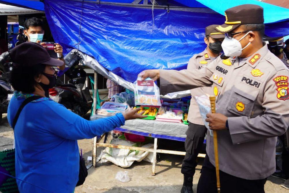 Blusukan di Pasar Pagi Tualang, Kapolres Siak Bagi Bagi Uang