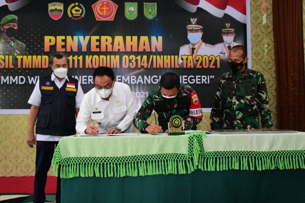 Danrem 031/WB bersama Gubernur Hadiri Penutupan TMMD Ke-111 di Inhil, Riau