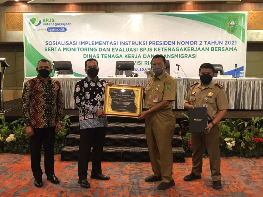 Disnakertrans Riau Raih Penghargaan dari BPJS Ketenagakerjaan