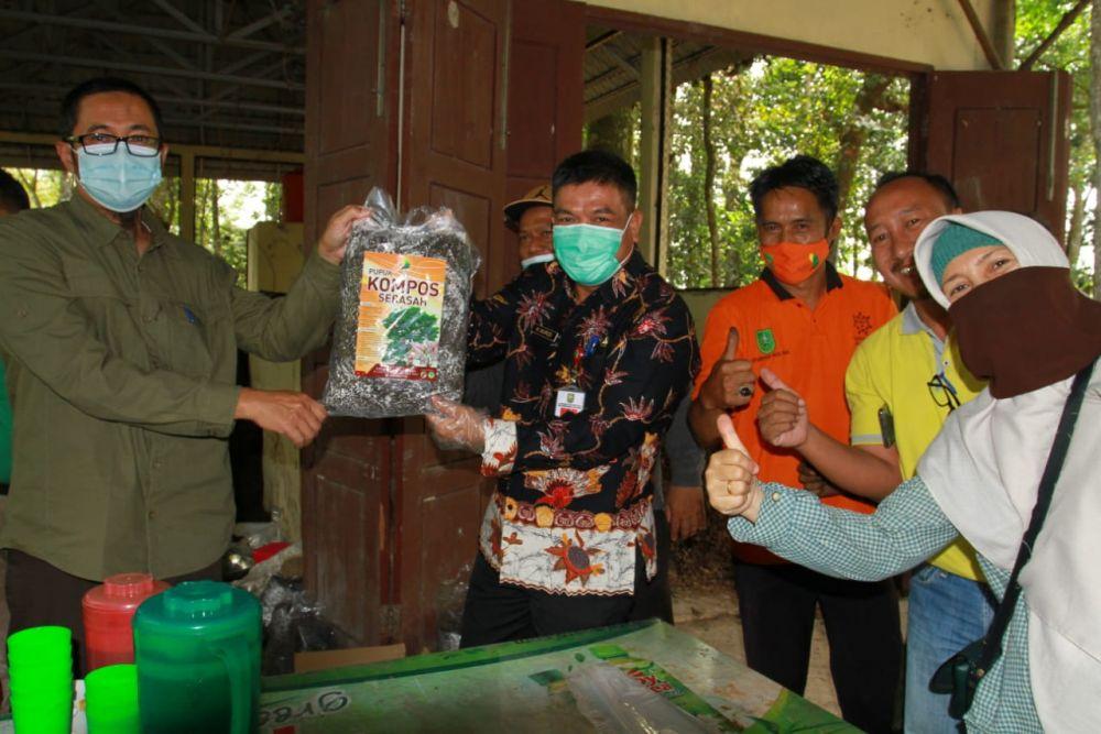Dukung 'Riau Hijau', Kadis LHK Panen 2 Ton Kompos