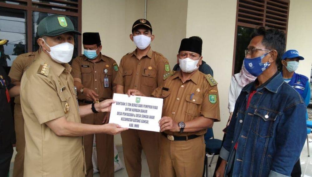 Gubernur Riau Berikan Bantuan Beras 5 Ton Bagi Korban Banjir di Inhu