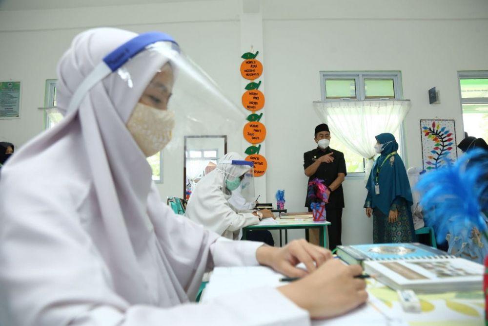 Gubernur Riau Nyatakan Guru Wajib Divaksin
