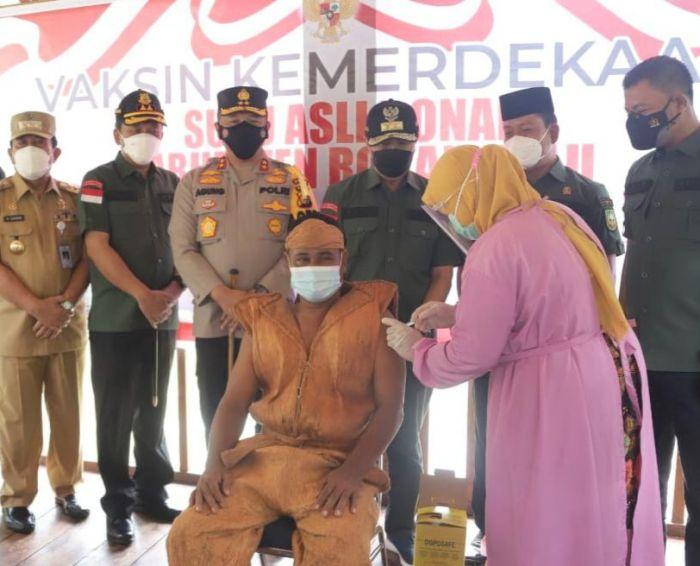 Gubernur Riau Tinjau Vaksinasi Covid-19 Suku Asli Bonai Rokan Hulu