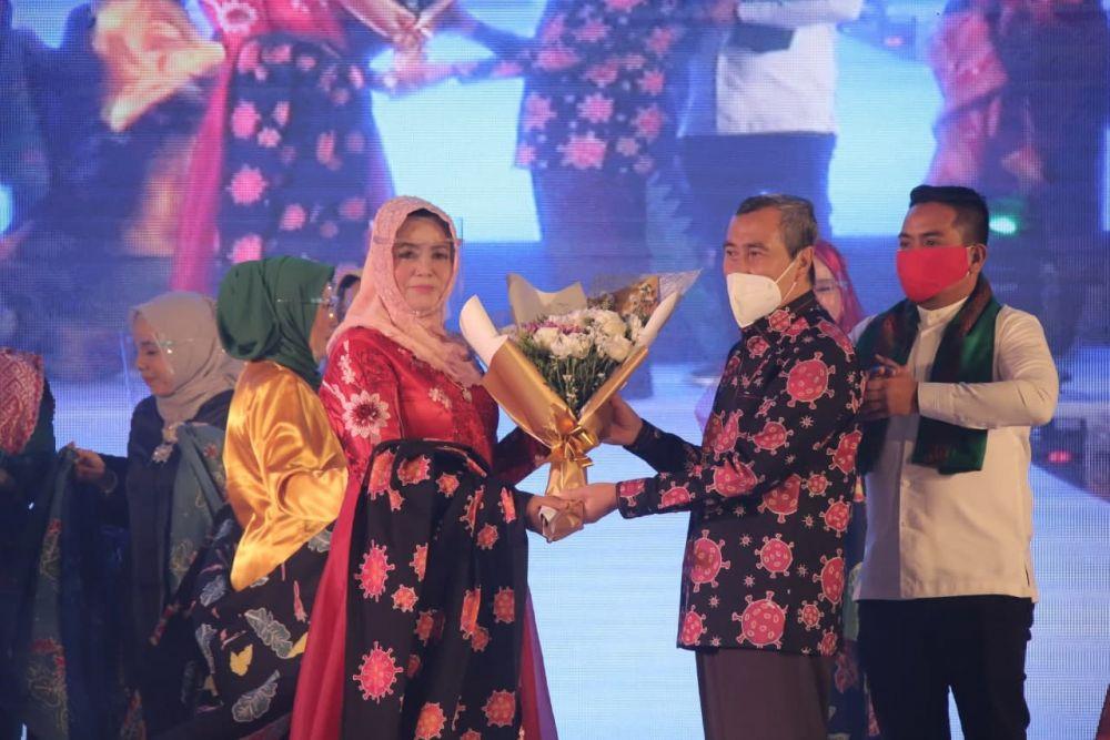 Gubri Hadiri Launching Yayasan Pesona Kreasi Riau Pakai Batik Kreasi Istri, Motif Batik Corona