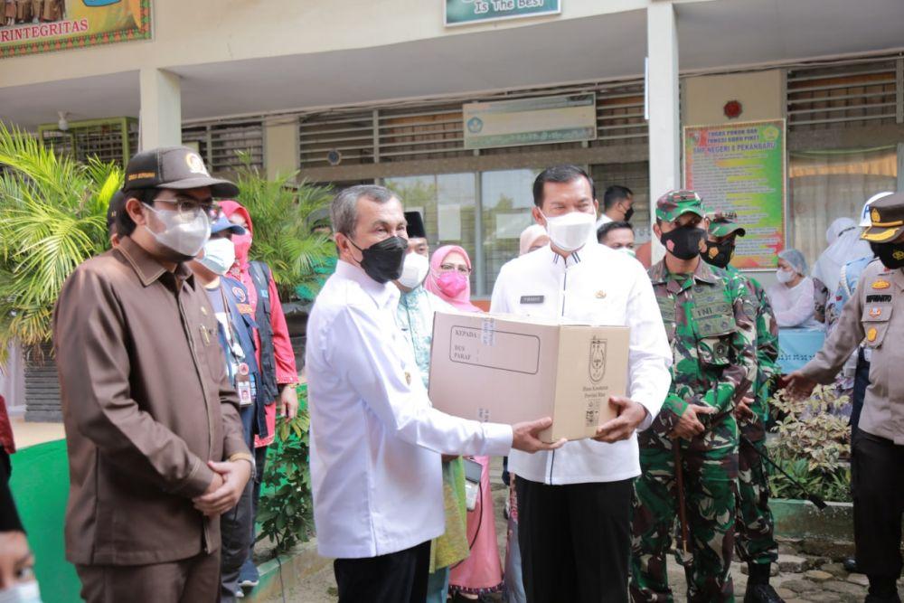 Gubri Serahkan Bantuan Fasilitas Kesehatan dan Sembako Kepada Wali Kota