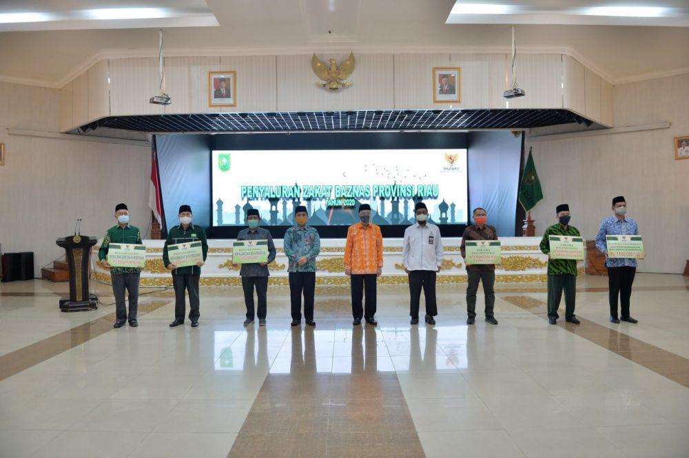 Gubri Serahkan Dana Zakat Baznas Riau Tahun 2020