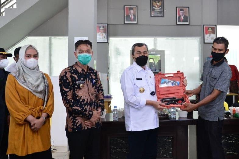 Gubernur Riau Serahkan Bantuan 10 Unit Mesin Kapal Untuk Nelayan Rohil