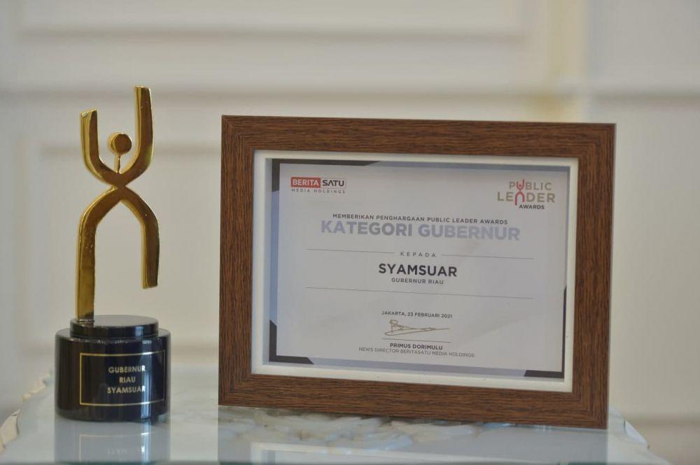 Gubri Terima Penghargaan Public Leader Awards