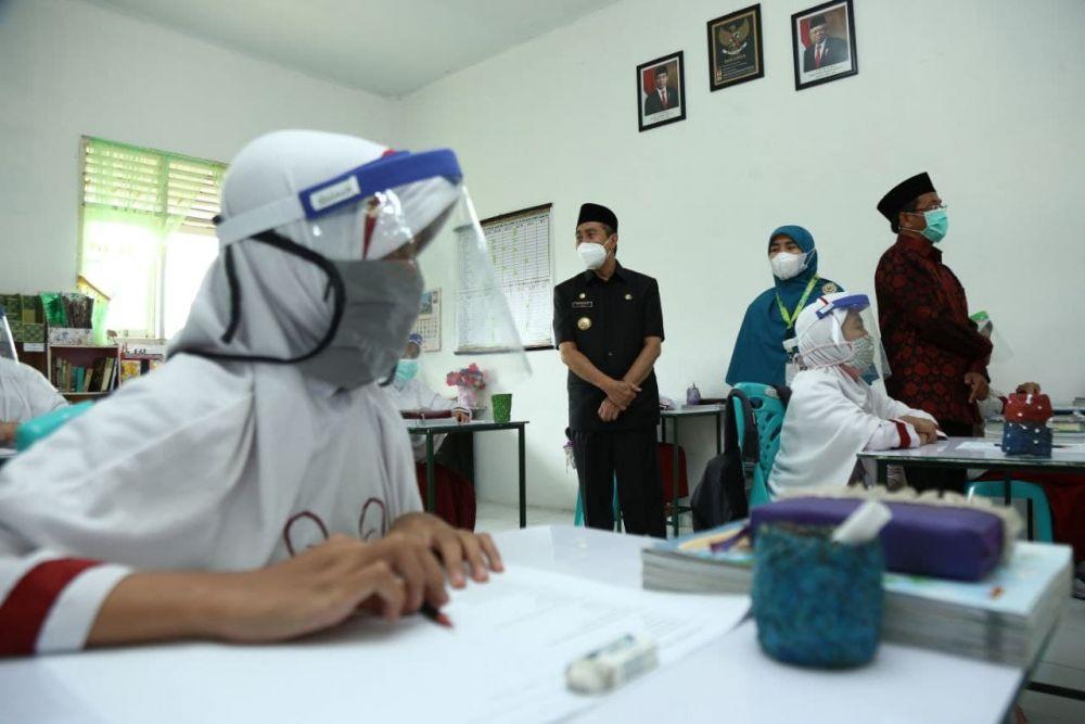 Gubri Tinjau Pelaksanaan Belajar Tatap Muka Terbatas di 4 Sekolah dan 1 Madrasah Pekanbaru