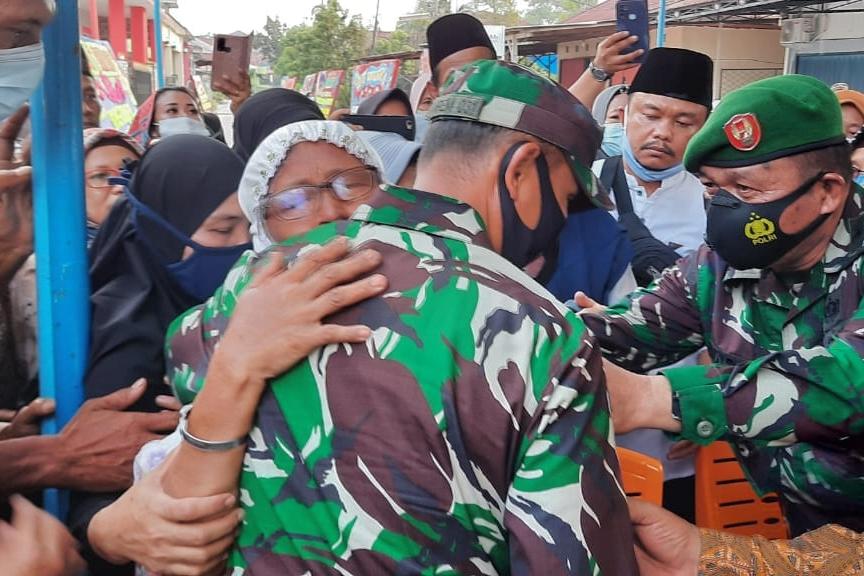 Tangis Ibunda Prajurit TNI Yang Gugur Saat Bertugas di Poso