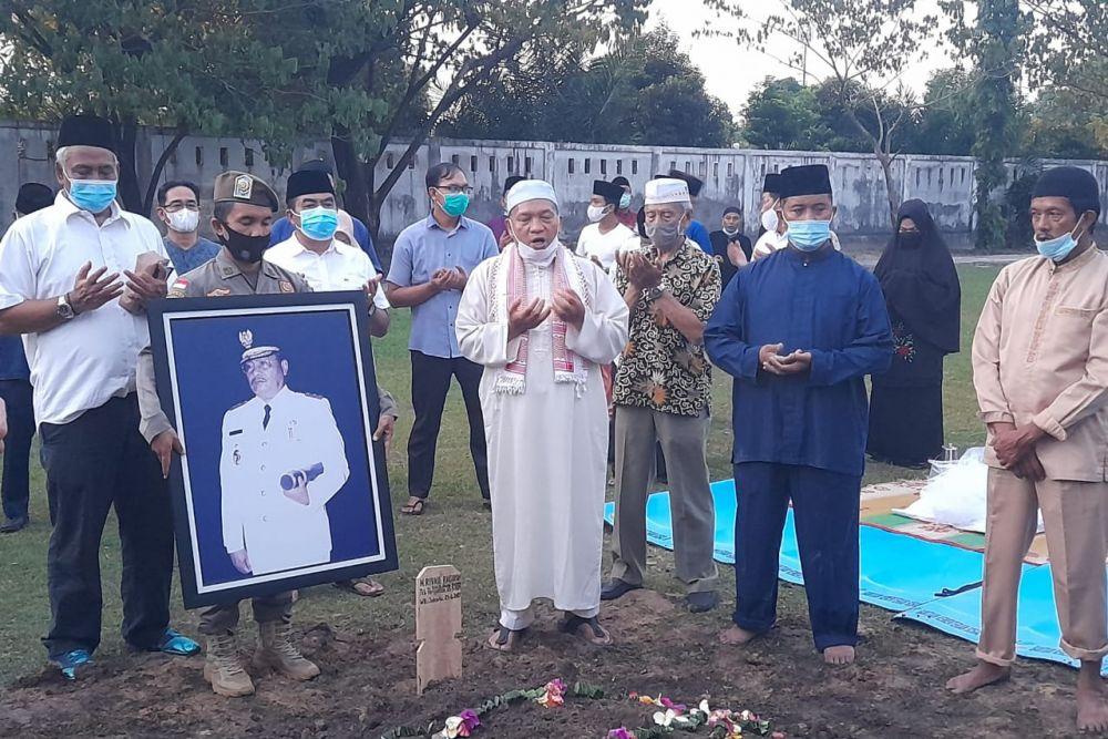 Jenazah Almarhum Raja Rivaie Rachman Dimakamkan di TMP Kusuma Dharma Pekanbaru