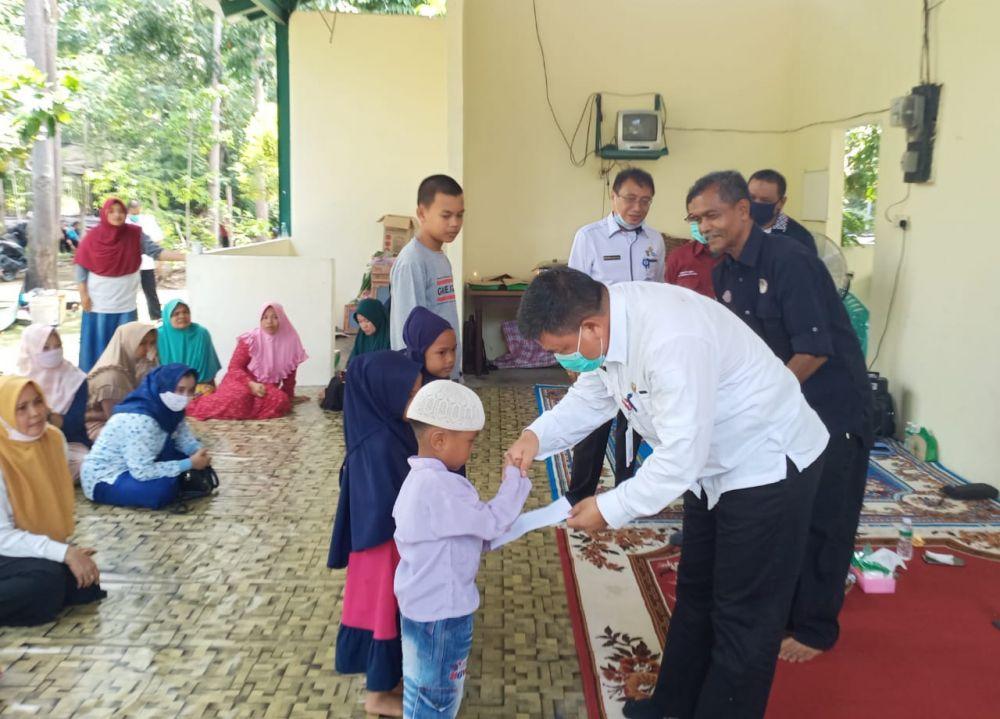 Kadis LHK Riau Beri Bantuan Anak Yatim dan Cendramata