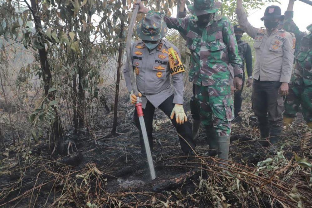 Kapolda Riau Berikan  Semangat dan Lakukan Pemadaman Karhutla di Pulau Merbau dan Bengkalis