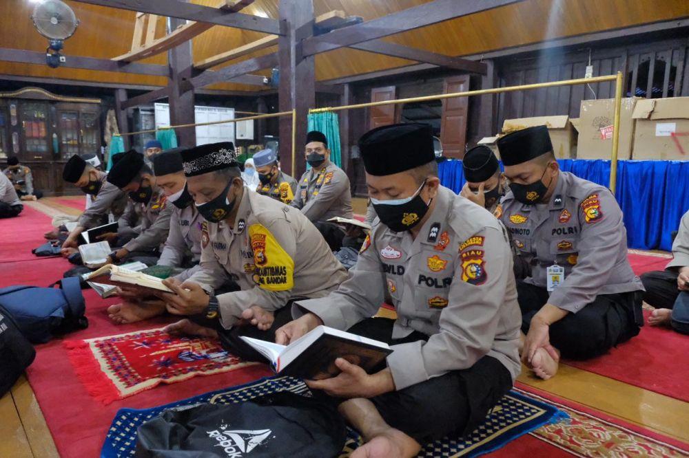 Kapolda Riau dan  Forkopimda Hadiri Khotimil Quran