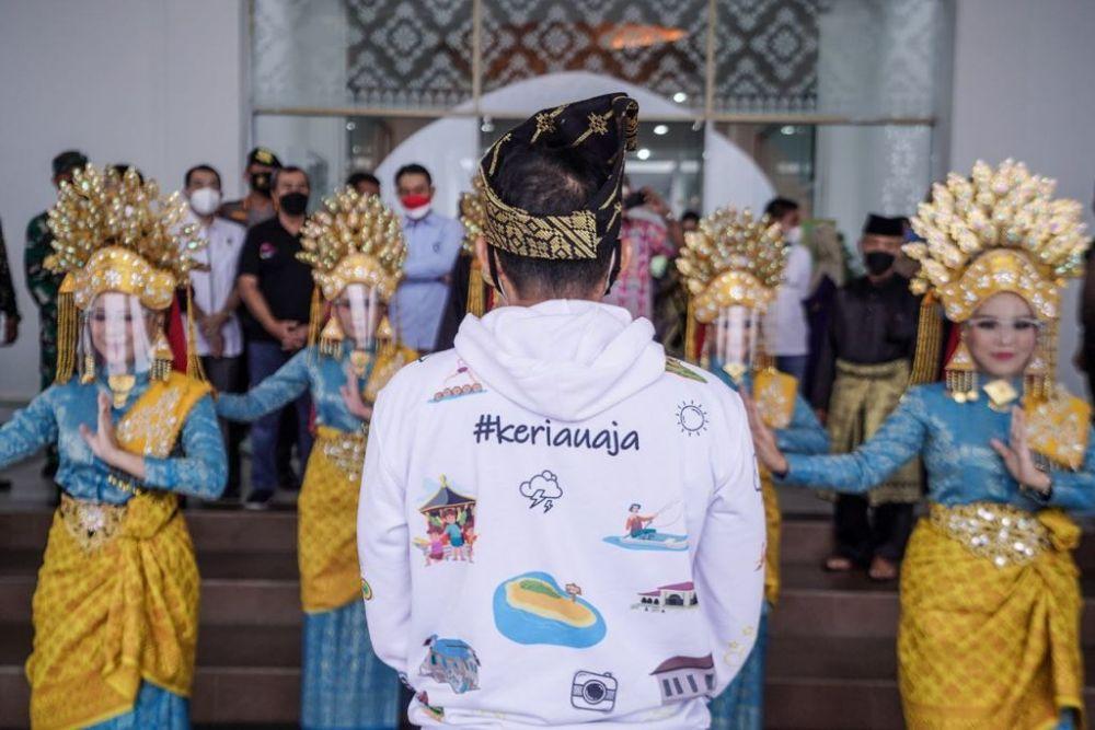 Keren! Pakai Jaket Ke Riau Aja, Sandiaga Uno diserbu Netizen