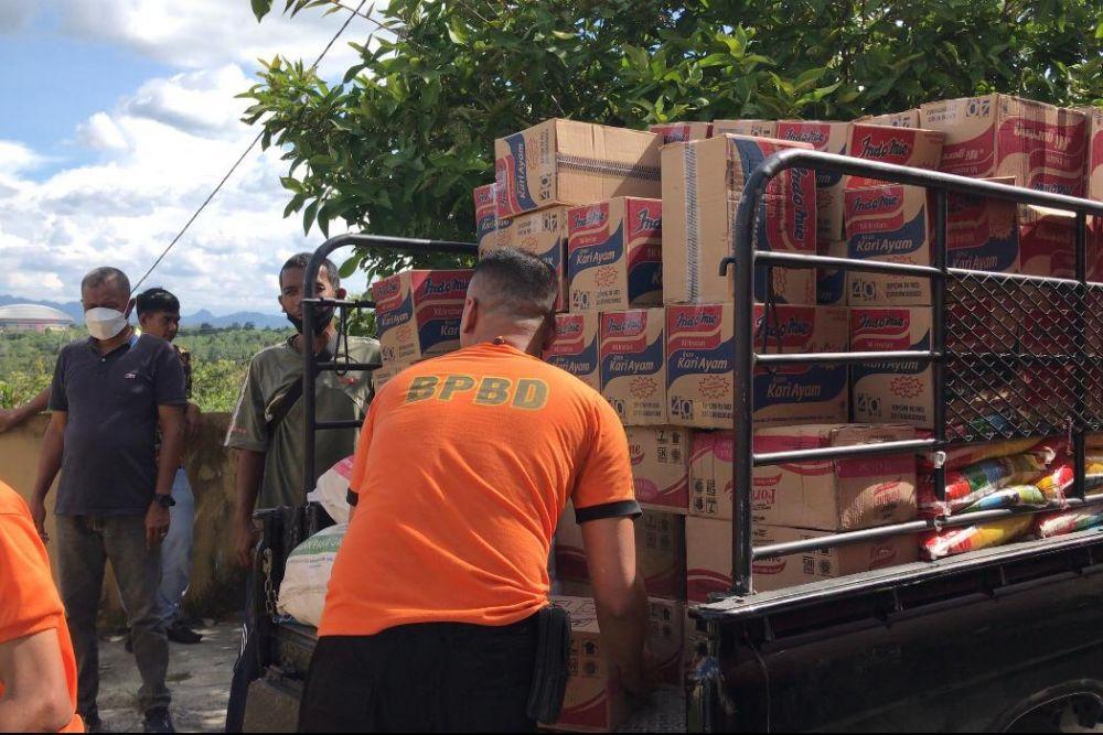 Korban Banjir Bandang Kampar Terima Bantuan Sembako
