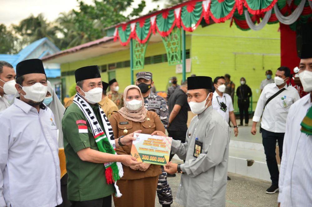 Kunker di Ponpes Bengkalis, Gubernur Riau Serahkan Sembako dan Dana CSR Baznas