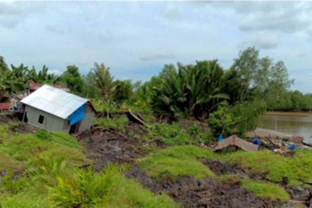 Longsor di Enok Indragiri Hilir Riau, 2 Rumah Warga dan 1 Gudang Amblas Terseret Tanah