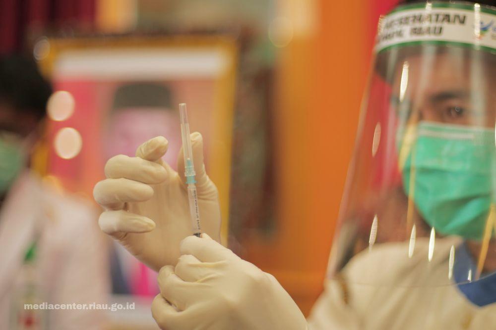 Masyarakat Inhil Antusias Ikuti Vaksinasi Covid-19 yang Digelar Kadin Riau dan OJK