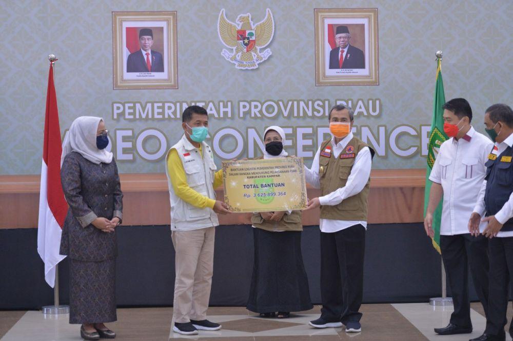 Melalui Virtual, Gubri Serahkan Bansos Kepada Kabupaten/Kota se-Riau