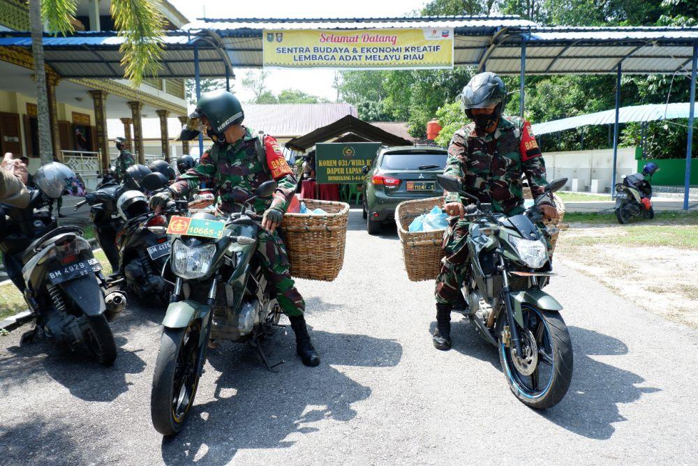 Paket Bantuan Nasi Danrem 031/WB bersama Polda dan Dinsos Riau Tembus 600 Bungkus Perhari