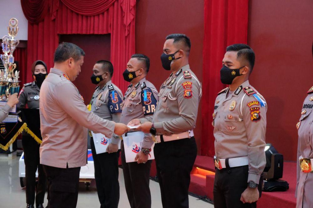 Peringati Hari Lalulintas Ke 66, Personel Polda Riau Terima Penghargaan