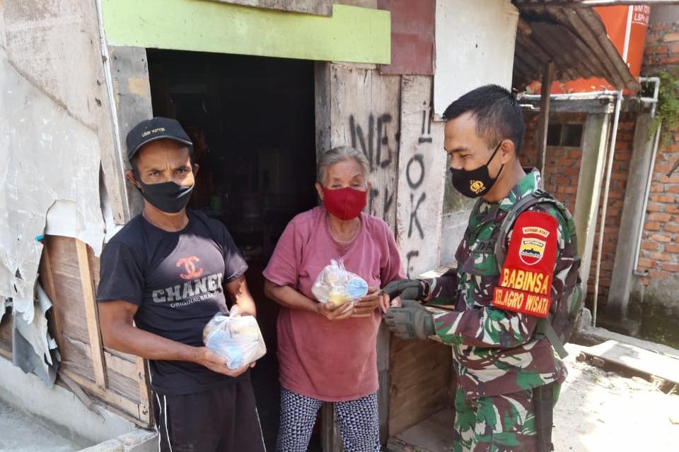 Personel TNI Salurkan Bantuan Paket Makanan, Warga: Terimakasih Jenderal Syech Ismed