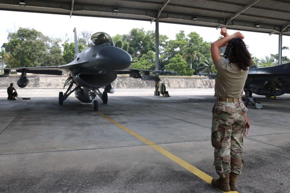 Pesawat Tempur F16 TNI AU dan Amerika Latihan Manuver Bersama di Riau