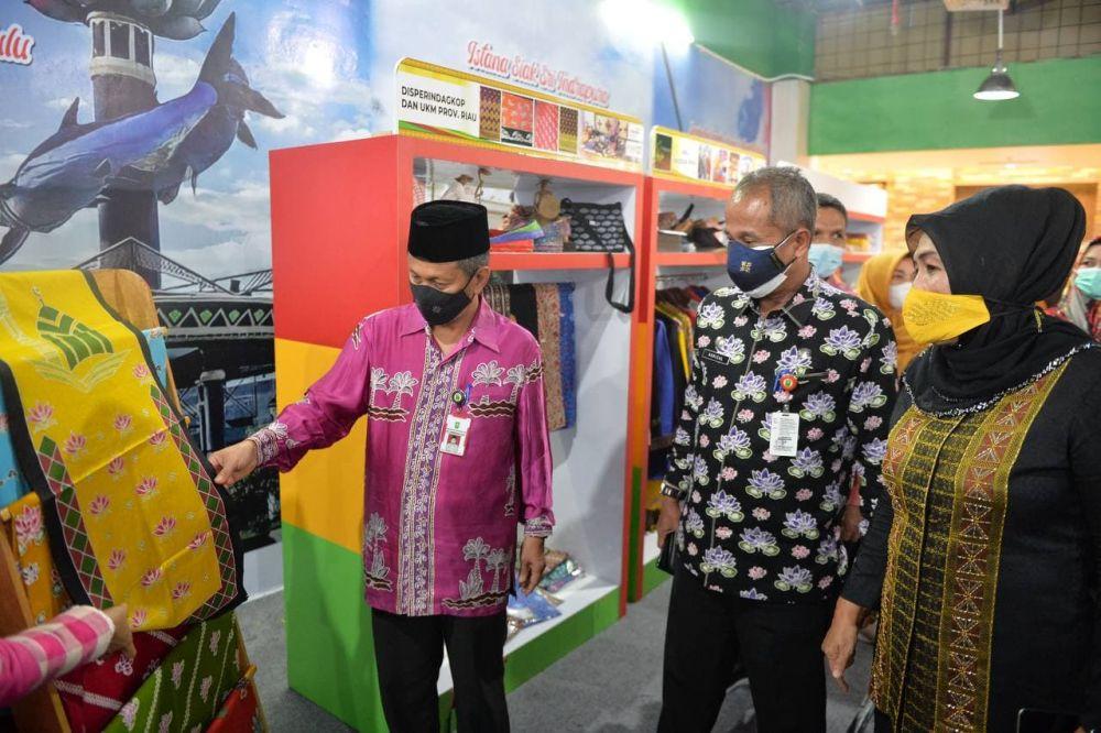 Plh Sekdaprov Riau Kenalkan Batik Asli Riau