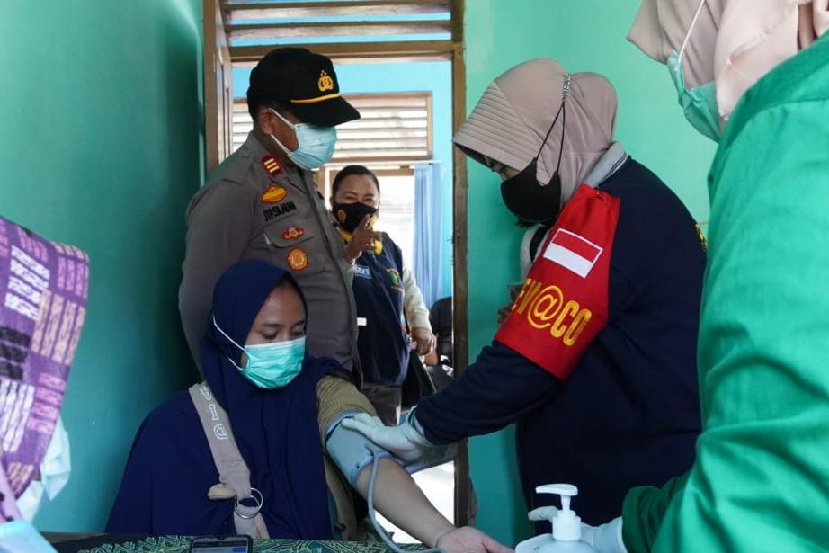 Polisi Bantu Pelaksanaan Vaksinasi COVID-19 di Kabupaten Siak