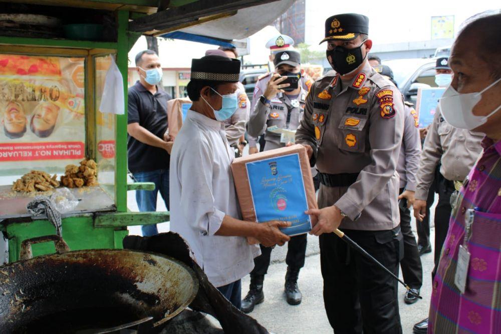 Polresta Pekanbaru Bagikan Sembako untuk Pedagang Yang Terdampak Covid-19