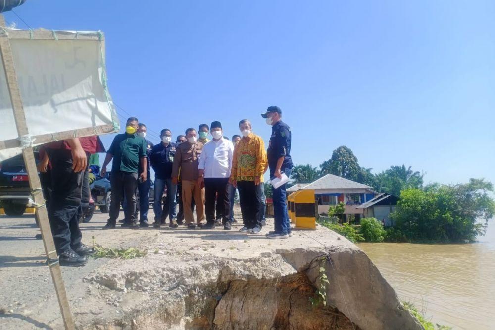 Ruas Jalan Provinsi di Inhu-Inhil Rusak, Gubernur: Anggaran Sudah Ada, Tahun Ini Kita Perbaiki