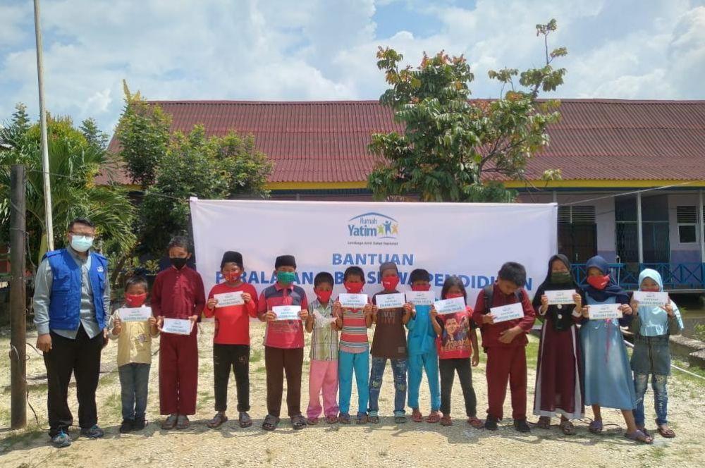 Rumah Yatim Salurkan Bantuan Pendidikan untuk SDN 011 Sering Barat Riau