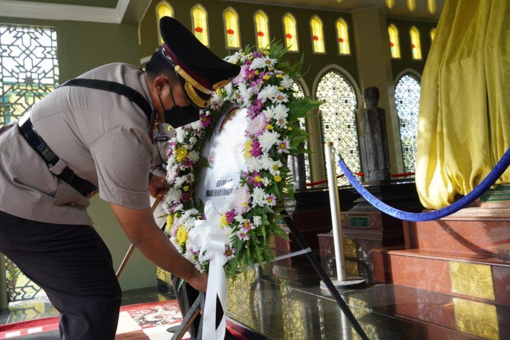 Sambut Hari Bhayangkara Ke-75, Jajaran Polres Siak Lakukan Upacara Ziarah Makam Pahlawan