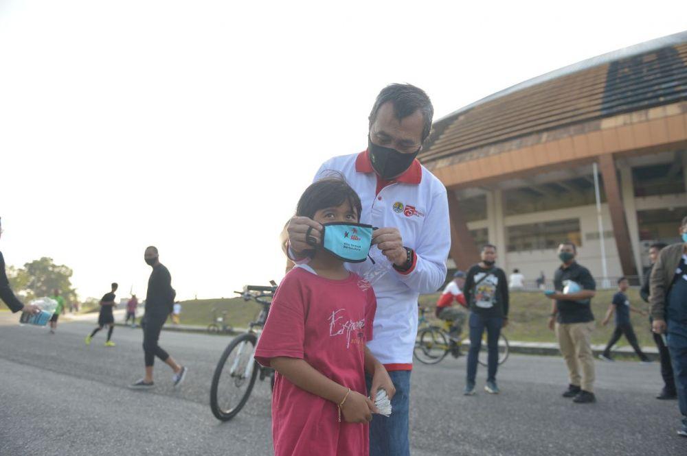 Selain Bagi-bagi 500 Masker, Gubri Juga Beri Edukasi Warga di Stadion Utama