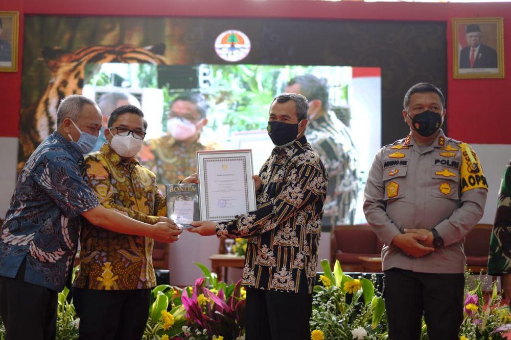 Terima Penghargaan Dari KLHK, Gubri: Semoga Memotivasi Pemprov Riau Untuk Bekerja Lebih Baik