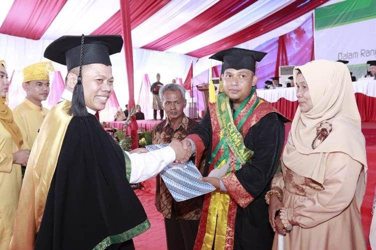 UMRI Wisuda 245 Mahasiswa, Muhammad Iqbal Raih Pemuncak Universitas