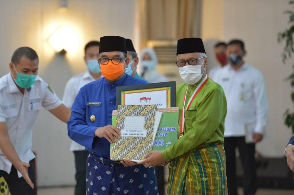 Wagubri Berikan Penghargaan Kepada 12 Tokoh dan Pejuang Daerah Provinsi Riau Tahun 2020