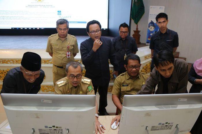 Gubernur Riau Lakukan  Sensus Penduduk Online