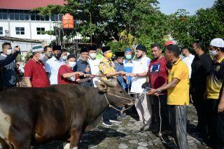 Gubri Hadiri Pemotongan Hewan Kurban di PWI Riau