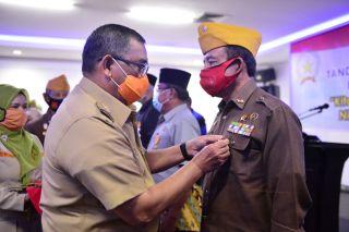 Wagubri Berikan Tanda Penghargaan LVRI Riau